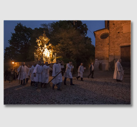 La sera del cinque, sul far della notte, la statua è trasportata alla chiesa parrocchiale ‑ Madonna del Santuario di Sommariva del Bosco